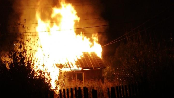 Ночью в частном секторе Тюмени дотла сгорел жилой дом. Два человека в больнице