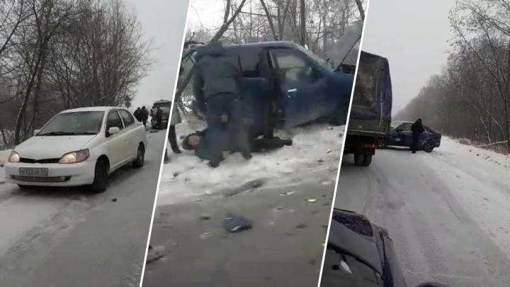 «Любой снег — это сразу авария»: на Толмачёвском шоссе автомобили снова попали в ДТП из-за колеи