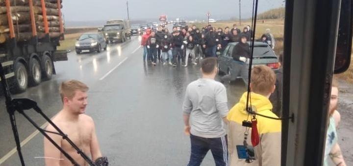 «Выходим все из автобуса!»: появилась видеозапись избиения болельщиков «Урала» в Башкирии