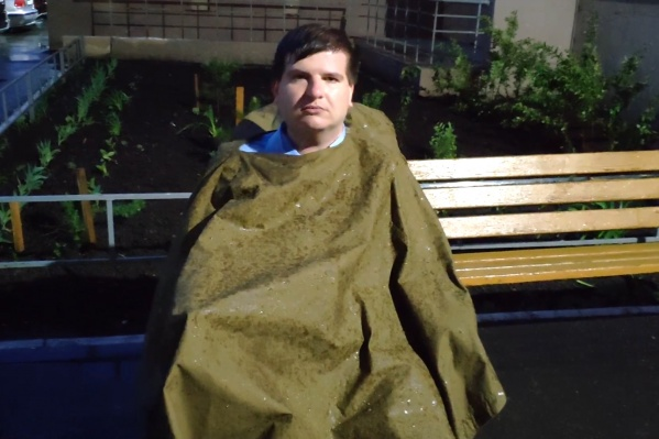 На остановке под дождём Николай Ольховский провёл около часа