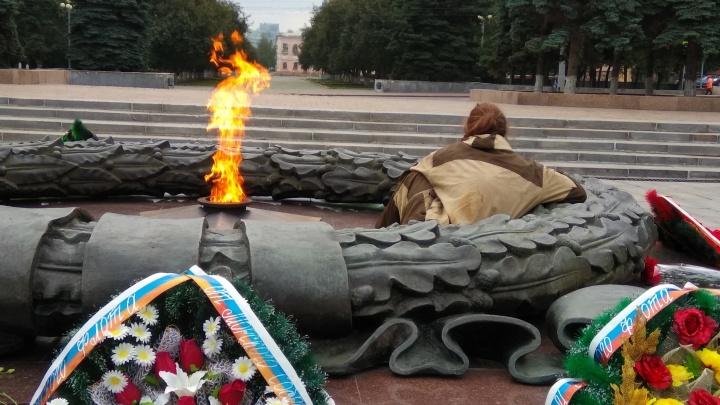 Достал тушёнку, грелся: мужчина устроил пикник на Вечном огне в Челябинске