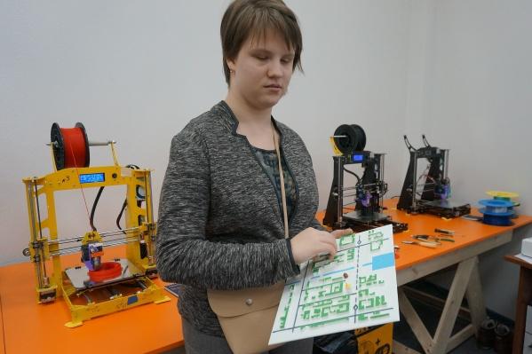 Вика Рыбчак работает с тактильной картой
