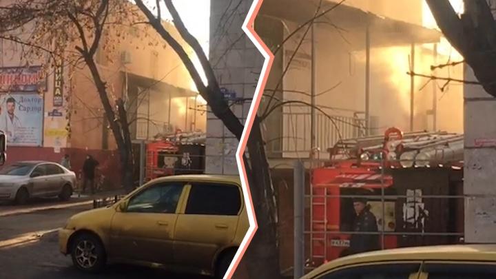 Много машин МЧС, скорая и полиция: в Тюмени горела общественная баня