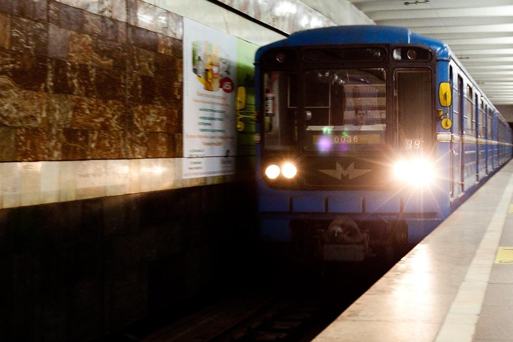 Пожилая женщина из Новосибирска предложила законодательно запретить молодым людям слушать музыку в метро