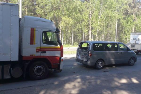 Грузовик Volvo догнал Hyundai на Бердском шоссе
