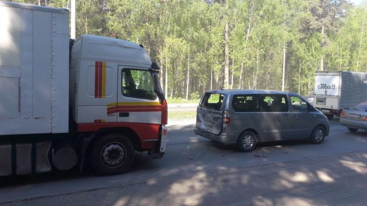 Бердское шоссе собрало серию аварий за утро