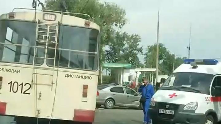 Есть пострадавшие: в Челябинске столкнулись троллейбус и легковушка