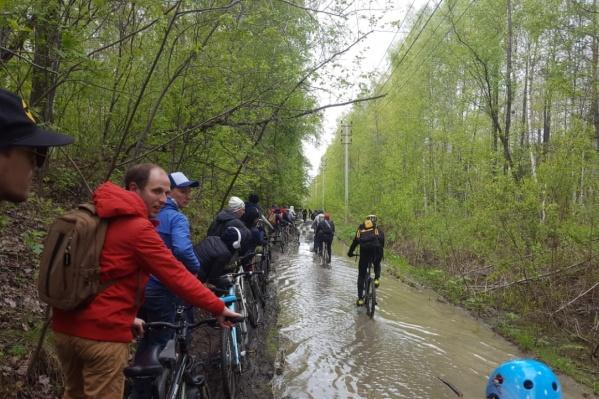 Велосипедистам приходилось преодолевать огромные лужи