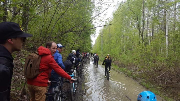 «По колено в грязи»: как уральцы проезжали «Майскую велопрогулку» по размытым дорогам