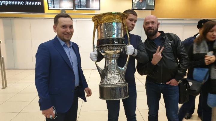 Трофей мечты: как мы встретили в Кольцово кубок Гагарина, за который бьётся «Автомобилист»