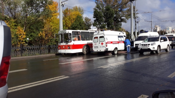 В Самаре пассажирку такси госпитализировали с переломом ноги после ДТП с троллейбусом и Opel Mokka