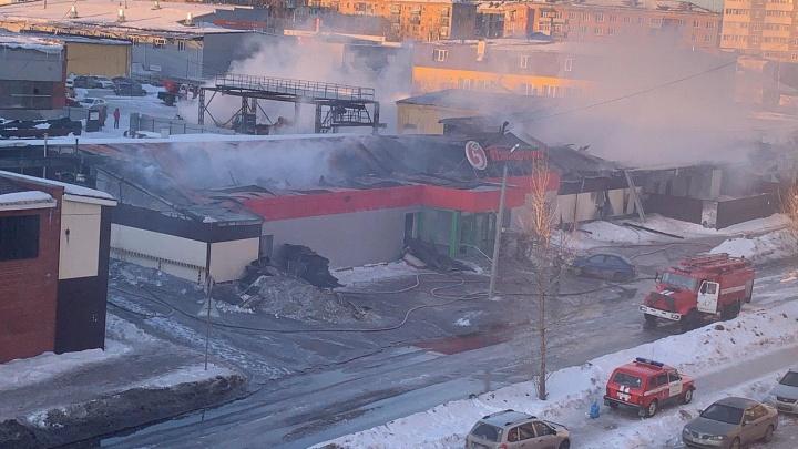 От магазина уцелели только стены: на тушение мощного пожара в Первоуральске ушло 6 часов
