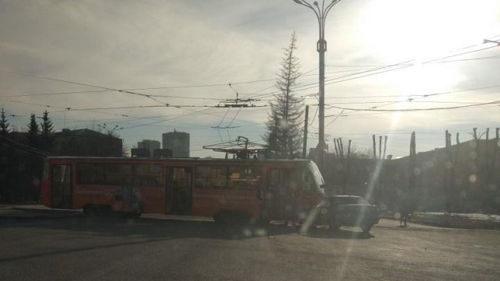 Улица Машиностроителей встала в пробку из-за Nexia, которая не пропустила трамвай