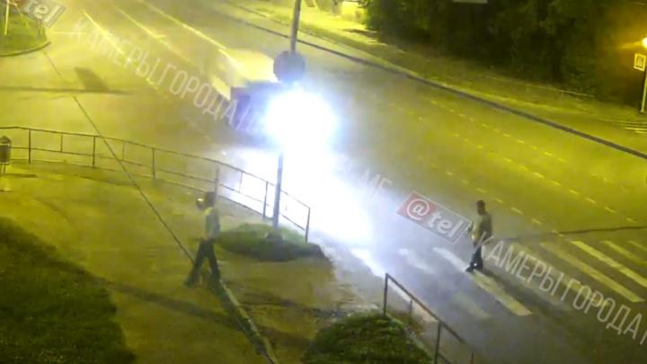 Отлетел на несколько метров: в Рыбинске на переходе машина сбила мужчину