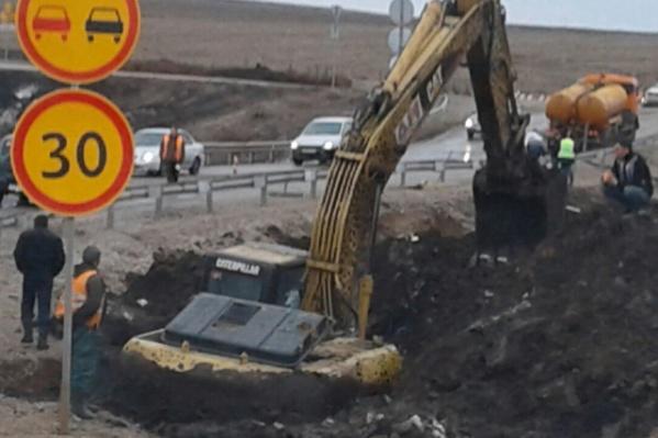 Автолюбители засняли экскаватор, который глубоко засел в яме