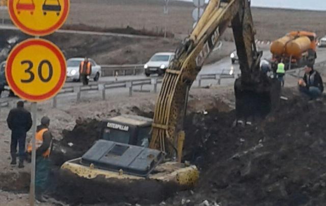 В Башкирии засняли, как экскаватор провалился в яму