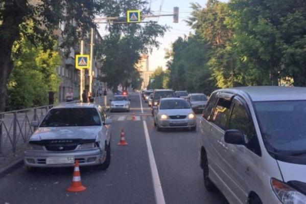 Девочка переходила дорогу на зелёный сигнал светофораи попала под колёса«Тойоты»<br>