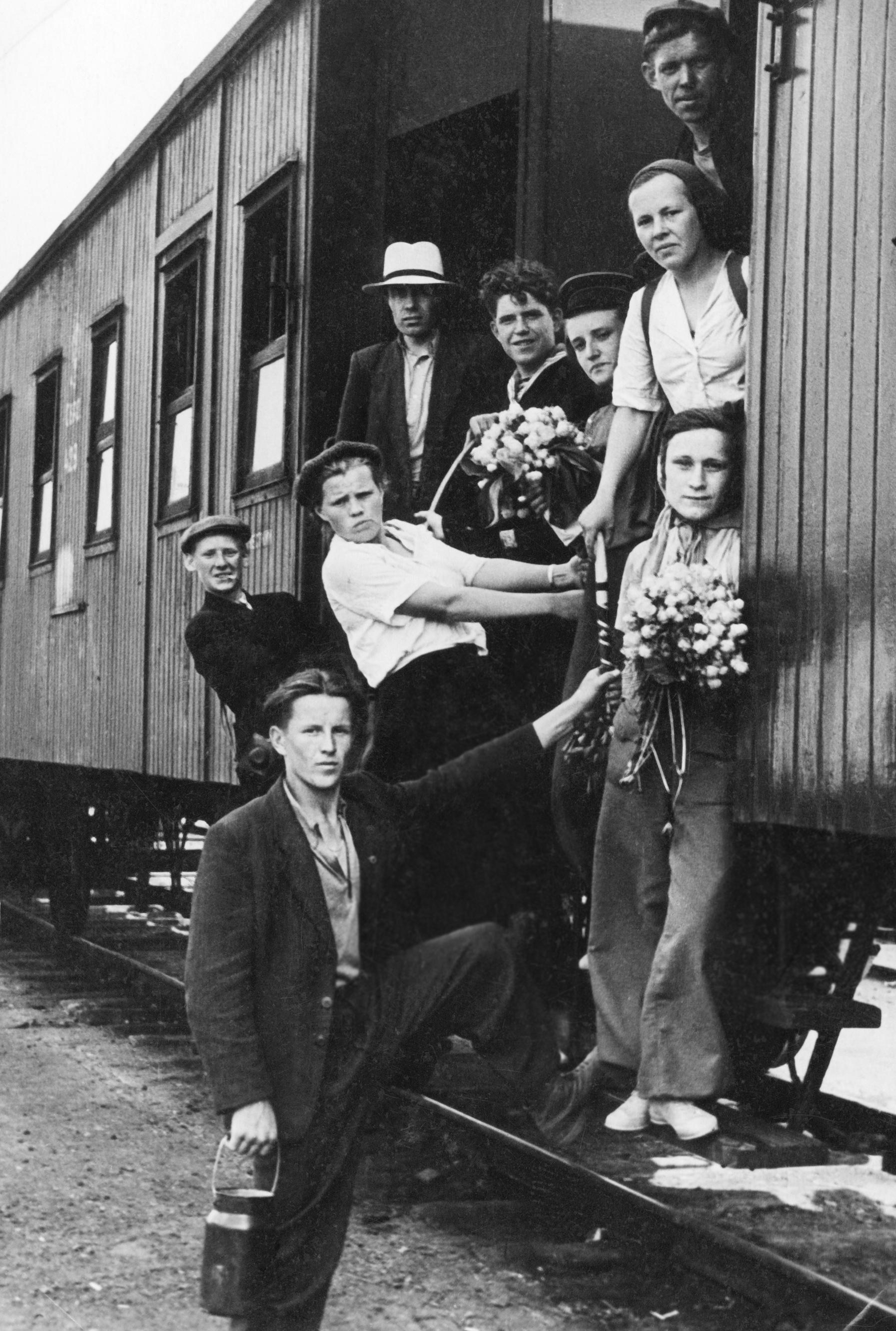 На стройку завода приехали сотни молодых людей со всей России и из Риги