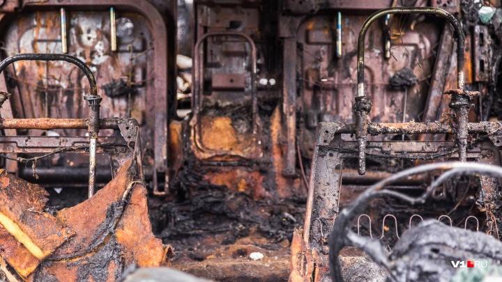 Под Волгоградом неизвестные сожгли три грузовика