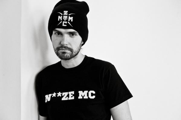 На этой неделе в Екатеринбурге выступит Noize MC, фанаты которого на «Ночи музыки» устроили пробку и разбили окно в трамвае