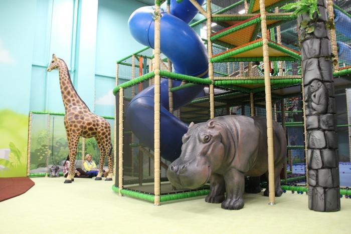 В парке развлечениймного различных фигур зверей, выполненных почти в натуральную величину