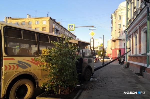 Автобус въехал прямо в столб