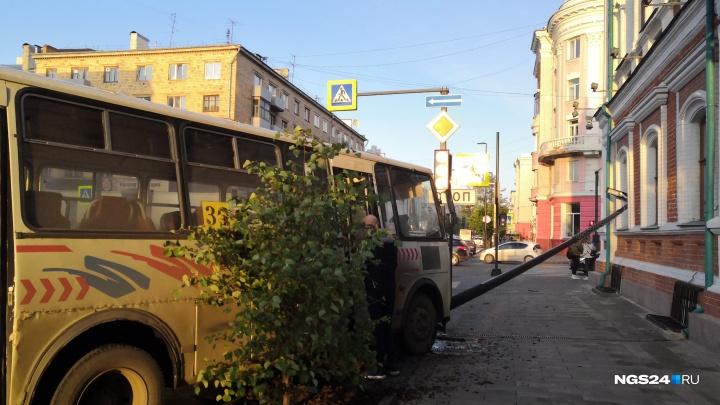 Автобус налетел на столб и выбил им стекло в здании полиции на Мира