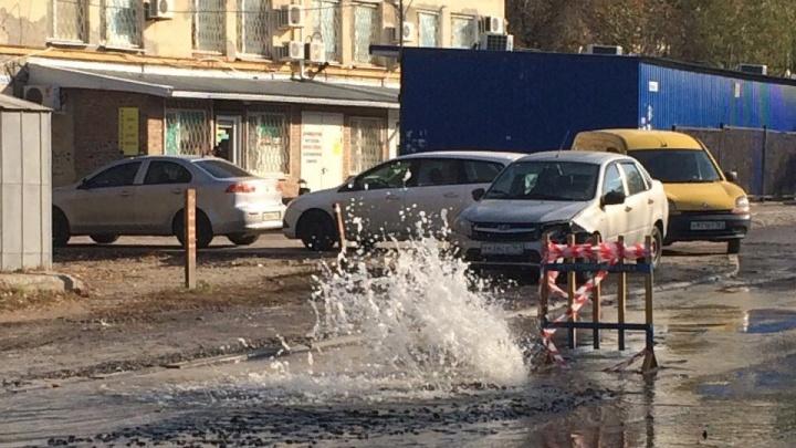 В Ростове двое суток из трубы бьет коммунальный фонтан