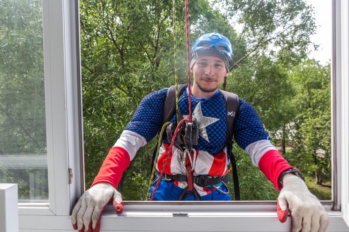 Они терпеливо отвечали на вопросы детей о буднях супергероев и о страхе высоты. Фото Ольги Бурлаковой