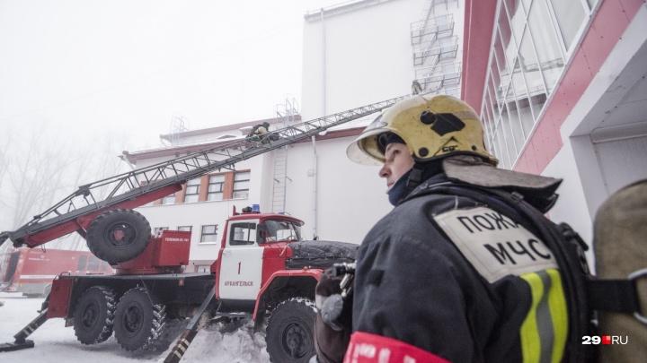 Прорваться сквозь туман: смотрим, как архангельские пожарные пришли в областной драмтеатр на учения