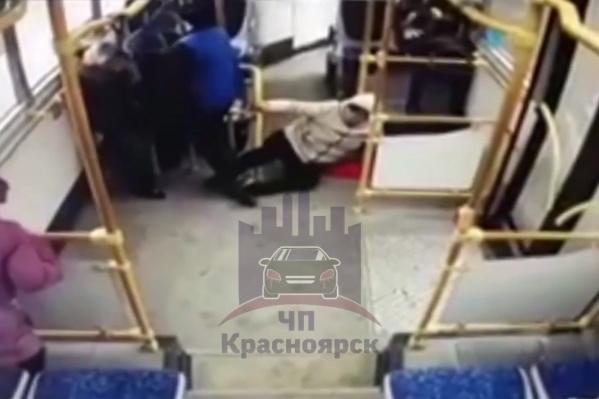 Пассажиры упали при резком торможении