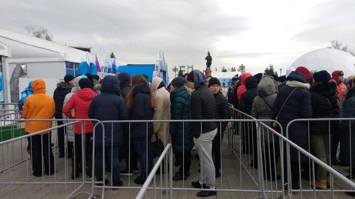 Красноярцы стоят в очередях за бесплатными билетами на Джона Ньюмана