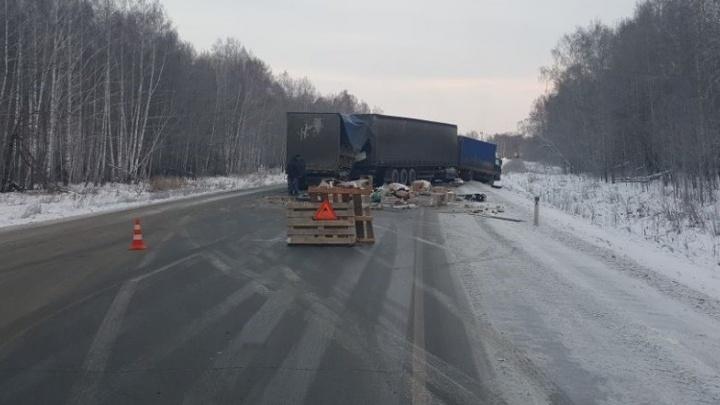 На Тюменском тракте столкнулись три грузовика и перекрыли дорогу
