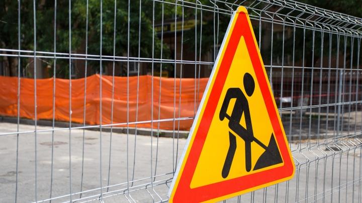 «Даже тут собираются пробки»: коммунальщики Волгограда почти на месяц забыли о перекопанной дороге