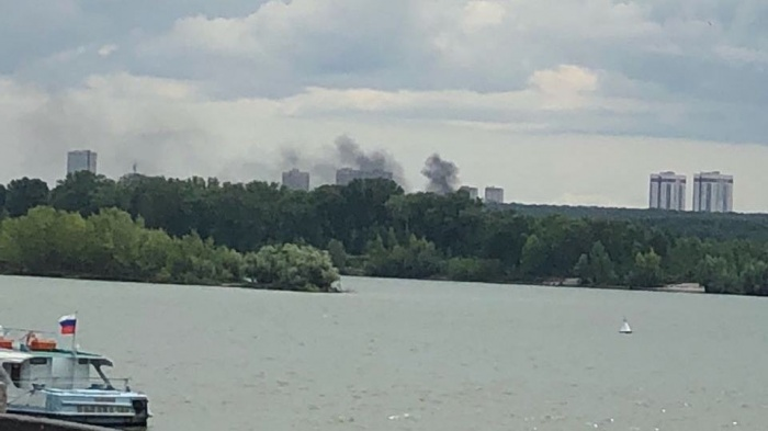 Клубы дыма поднялись над городом около 14:30