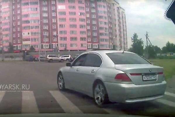 За перекрестком водитель выкинул из окна кипу мусора