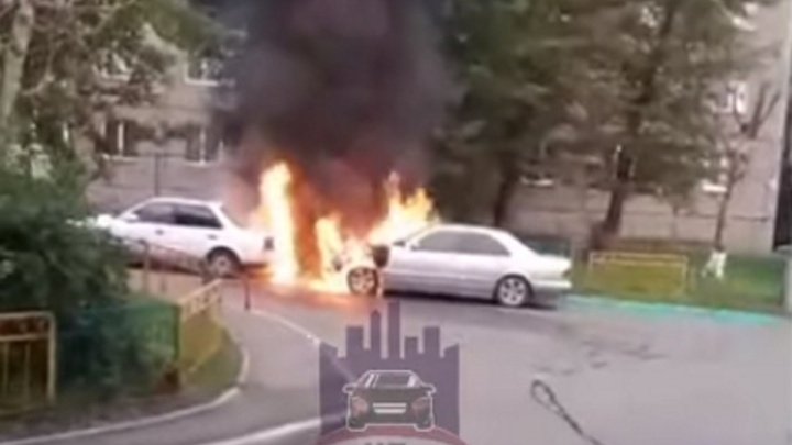 Ранним утром во дворе на улице Лазо вспыхнули два автомобиля