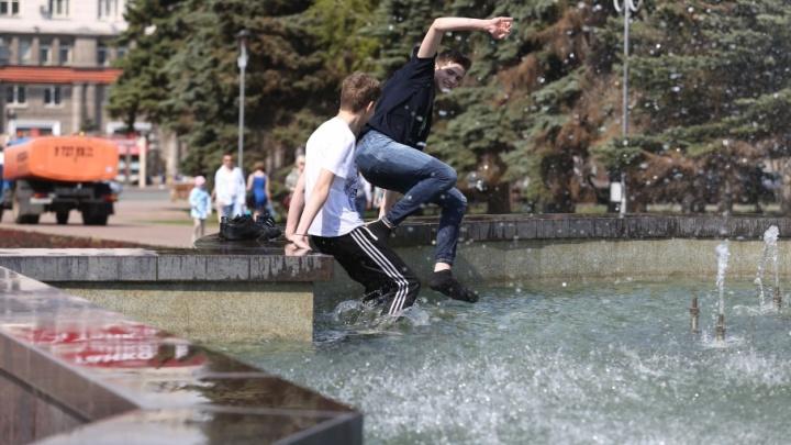 Челябинцы встретили жару купанием в фонтане