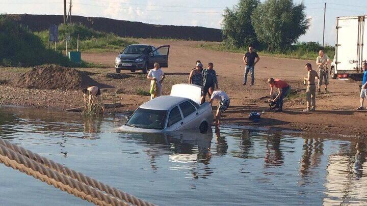 В Башкирии на причале парома легковушка упала в воду