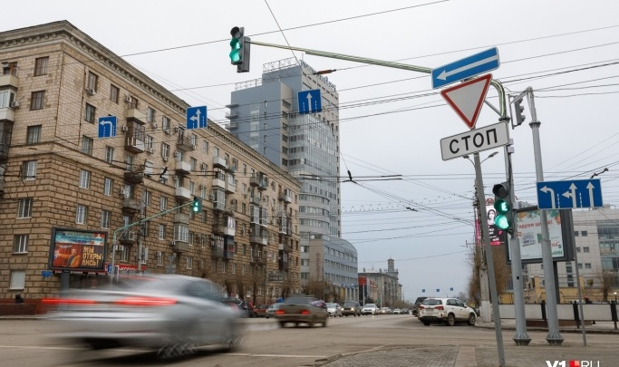 На опасном перекрестке в центре Волгограда погасла светофорная консоль