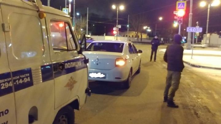 Машину екатеринбуржца обстреляли из пневматики, когда он остановился на перекрестке