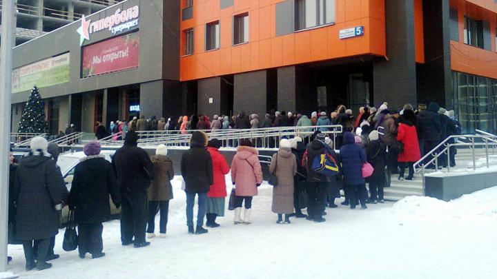 «Голодающие?»: на ЖБИ собралась толпа покупателей в премиальный супермаркет