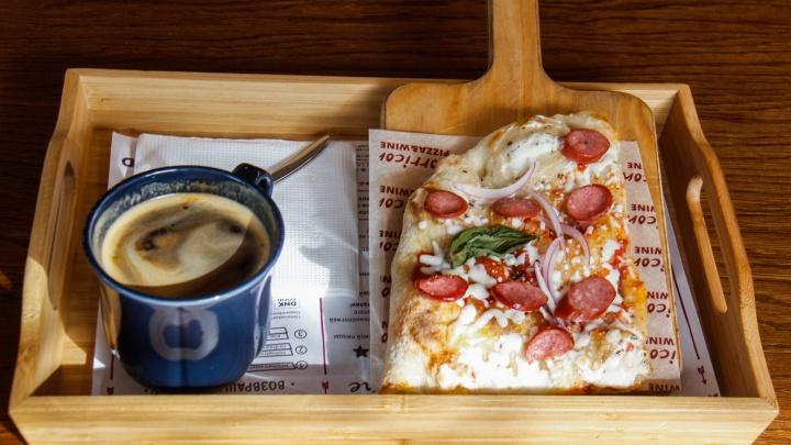 Кормят завтраками: 7 самых интересных мест для ленивого утра (скрэмбл с песто и сосиска с пончиком)