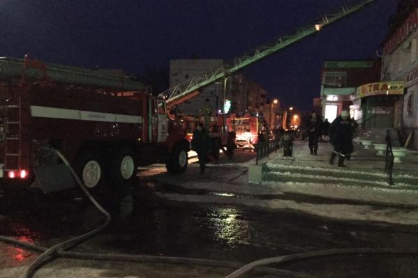 Пожарные использовали автолестницы и автоматические коленчатые подъёмники