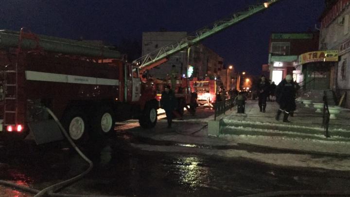 Приехали 80 пожарных: вЧапаевске горел торговый центр «Клеопатра»