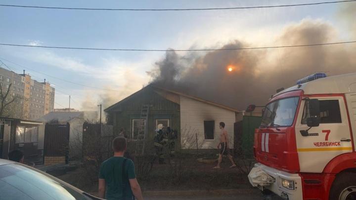 «Разглядел маленький силуэт»: очевидцы рассказали, как спасли челябинку с ребёнком из горящего дома