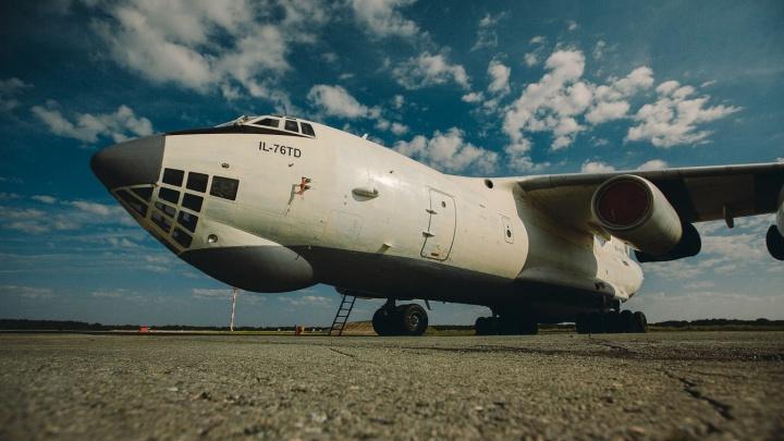 В ХМАО ищут стюардессу в частный самолет на зарплату от 120 тысяч