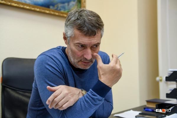 """Недавно мы ходили к Евгению Ройзману, чтобы узнать, <a href=""""https://www.e1.ru/news/spool/news_id-66351145.html"""" target=""""_blank"""" class=""""_"""">кто и с какими проблемами приходит к нему на приём</a>"""