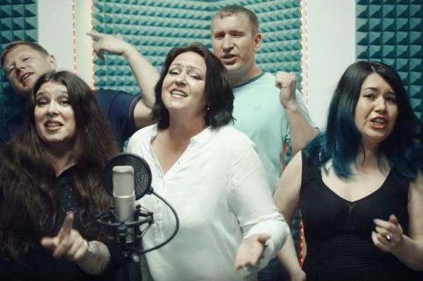 Родители не только спели песню, но и станцевали на городской Набережной