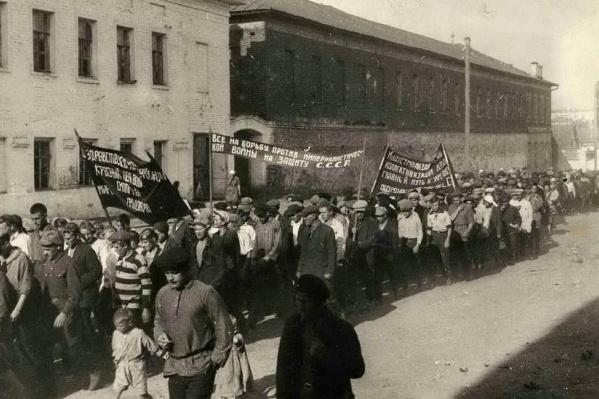 По улицам многих уральских городов тянулись километровые шествия